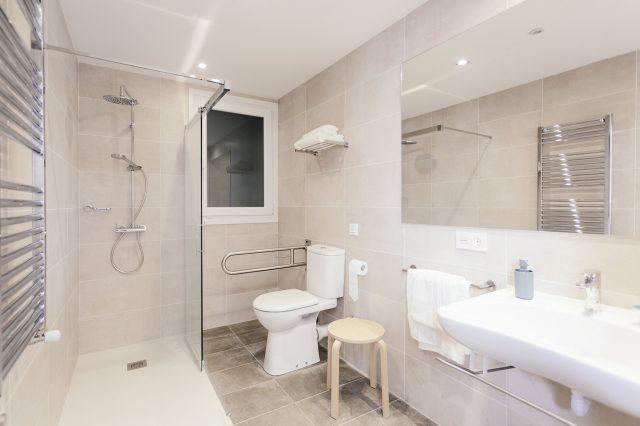 Cama doble con baño privado